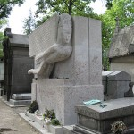 Tomb_of_Oscar_Wilde-Pere_Lachaise_Cemetery