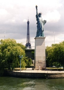 statue_of_liberty_Paris_river_seine